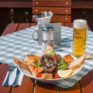 Auf der Inselbräu-Terasse: Zwickl passt - z. B. hier zum Frühlingssalat mit Zanderfilet