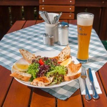 Auf der Inselbräu-Terasse: Weißbier passt zum Frühlingssalat mit Zanderfilet