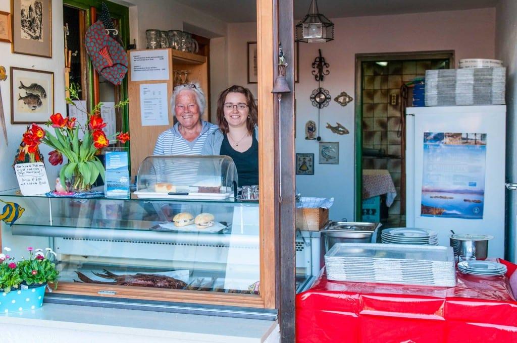 Gitti Ferber - Mutter vom Pollfischer und Miriam am Fischverkauf